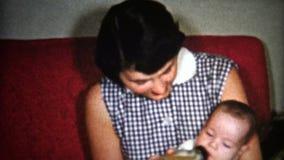 fille des années 50 (de vintage de 8mm) prenant soin du bébé 1957 clips vidéos