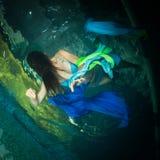 Fille des films effrayants dans la piscine image stock