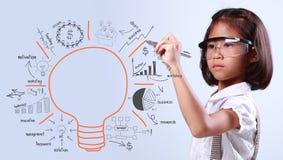 Fille dessinant l'ampoule et petite fille dessinant l'ampoule Photos stock