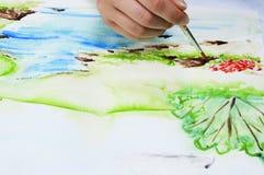 Fille dessinant un paysage Concept d'art et d'éducation photographie stock