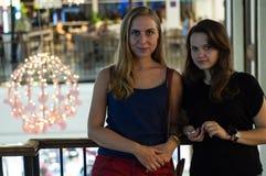 Fille deux à un grand centre commercial Images libres de droits