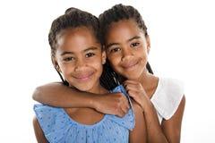 Fille deux jumelle africaine adorable sur le fond de blanc de studio photo stock