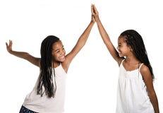 Fille deux jumelle africaine adorable sur le fond de blanc de studio photographie stock