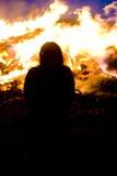Fille devant l'incendie Photos libres de droits