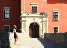 Fille devant le château Cervena Lhota Photos stock