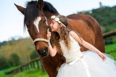 Fille donnant à cheval un baiser Photo libre de droits