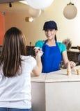 Fille donnant la note du dollar au salon d'In Ice Cream de serveuse Photographie stock libre de droits