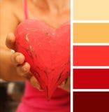 Fille donnant le coeur de mains échantillons de palette de couleurs tonalités en pastel Photo libre de droits