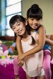 Fille donnant sur le dos le tour à son ami pendant la fête d'anniversaire Photographie stock libre de droits