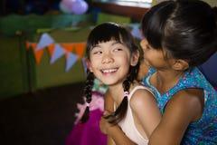 Fille donnant sur le dos le tour à son ami pendant la fête d'anniversaire Image libre de droits