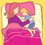 Fille dormant avec sa mère Image libre de droits
