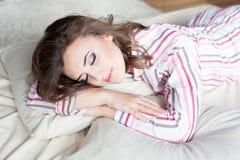 Fille dormant dans des pyjamas avec le maquillage Images stock
