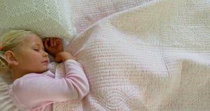 Fille dormant dans la chambre à coucher 4k clips vidéos