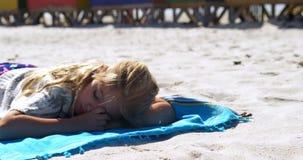 Fille dormant dans la plage 4k clips vidéos