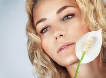 Fille douce avec la fleur de calla Photographie stock libre de droits