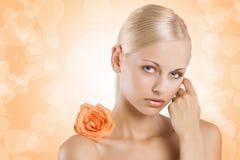 Fille douce de beauté sur l'orange Image stock