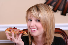 Fille douce mangeant de la pizza Photo libre de droits