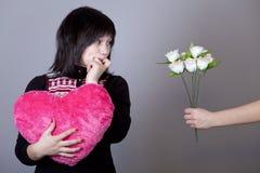 Fille drôle avec le coeur et les fleurs. Photos libres de droits