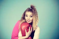 Fille drôle dans les gants rouges jouant la boxe de sports Images libres de droits