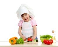 Fille drôle de chef préparant la nourriture saine photographie stock
