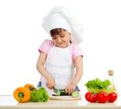 Fille drôle de chef préparant la nourriture saine photos stock