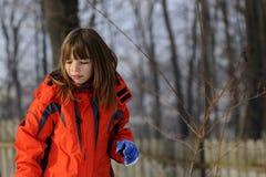 Fille drôle jouant avec la neige photo libre de droits
