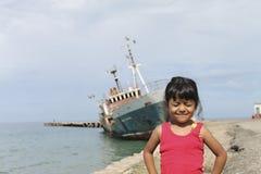 Fille drôle mignonne sur la plage Images libres de droits