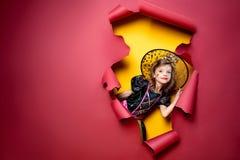 Fille drôle riante d'enfant dans un costume de sorcière dans Halloween photo libre de droits