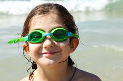 Fille drôle sept ans en mer Photos libres de droits