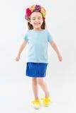 Fille drôle active dans un T-shirt et une jupe bleus Photo stock
