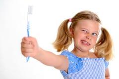 Fille drôle avec la largeur et la brosse à dents de l'espace photo libre de droits