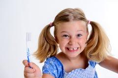 Fille drôle avec la largeur et la brosse à dents de l'espace photographie stock libre de droits