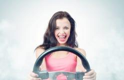 Fille drôle avec la roue et la fumée de voiture Image libre de droits