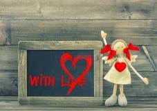 Fille drôle avec le coeur rouge Balckboard de jour de valentines avec amour Photos libres de droits