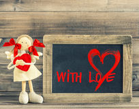 Fille drôle avec le coeur rouge Décoration de jour de valentines Avec amour Photos stock