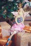 Fille drôle d'ange de tilda s'asseyant sur des cadeaux de nouvelle année Images stock