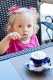 Fille drôle d'enfant en bas âge en café Image stock