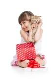 Fille drôle d'enfant tenant le boîte-cadeau avec le chaton Images stock