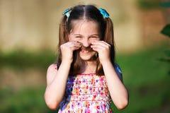 Fille drôle de visage heureux Images stock