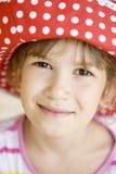 Fille drôle en rouge Panama d'endroit Photo libre de droits