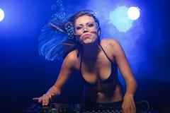 Fille du DJ sur des plate-formes Photo stock