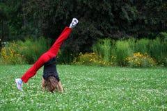 Fille effectuant la gymnastique Images libres de droits
