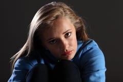 Fille effrayée d'adolescent triste et seule dans l'obscurité Photo stock