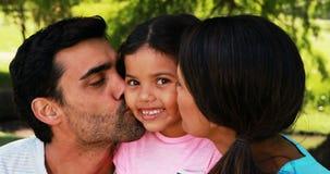 Fille embrassé par ses parents en parc banque de vidéos
