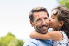 Fille embrassant le père Image stock