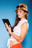 Fille employant le lecteur d'eBook de tablette Photographie stock