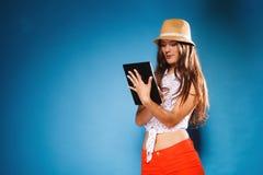 Fille employant le lecteur d'eBook de tablette Photo stock