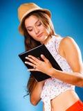 Fille employant le lecteur d'eBook de tablette Photographie stock libre de droits