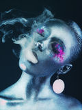 Fille en aluminium avec de la fumée Photos libres de droits