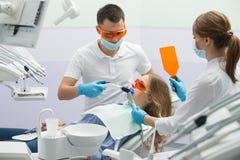 Fille en art dentaire photos stock